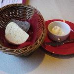 ピアットロッソ - 自家製パンとホイップバター