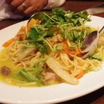 Romanogotanda - ①鮮魚とキャベツ、ニンジン、白菜のペペロンチーノ スパゲッティ 三つ葉のせ 900円