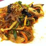 ソウル明家 - チャプチェ定食は、ご飯とチャプチェが半々に盛られてます。