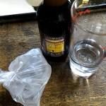 新川屋酒店 - ホッピーセットには袋詰された氷が添えられます