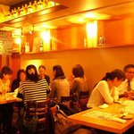ウオサンジ - 「1階」はオープンキッチンでバール感覚。 「2階」は25名様以上で貸切や団体で宴会できる空間。