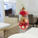 サロン・ド・テ・プレジール - 季節限定 苺とピスタチオのパフェ