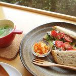 カフェ アンナプールナ - 天然酵母パンがもっちり、どっしり。お野菜もしっかり食べられます。