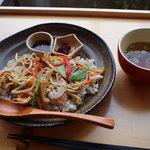 カフェ アンナプールナ - 3分搗きの麦ご飯に、季節の色とりどりのお野菜のビビンバ!