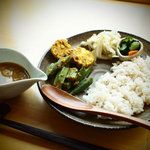 カフェ アンナプールナ - カレーセットは日替わり。季節の野菜をスパイスで。食べるヨーガ的薬膳。