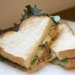 珈琲と紅茶 瑞季 - ベーコンやチーズ、サラダ菜・卵ををはさんだトーストサンドはボリュームたっぷり!