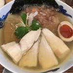 105455812 - 丹波産 昆布〆鶏ちゃーしゅーの追い鰹そば (白醤油) 味付け玉子入り 特製 米粉麺 変更
