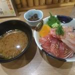 105473766 - ランチ丼3色+味噌汁・小鉢 (税込み 980円)
