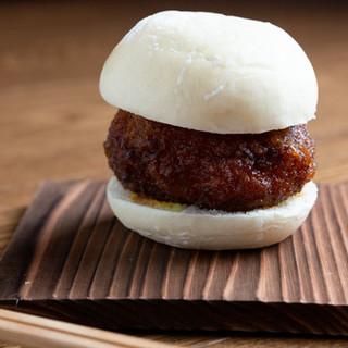 肉汁がジュワ~ッと溢れる自慢の逸◎小さなメンチカツバーガー