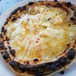 ヨコマチテラス - 【2019.04】クワトロチーズのピザ(1,380円+税)■