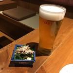 105504716 - 生ビール(スーパードライ)550円+税 お通しの水菜サラダ