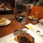 ビストロ ダイア - 丸々一個入った黒トリュフは、ポムロールの土の香りのするワインと(シャトー・クロア・デュ・キャス)