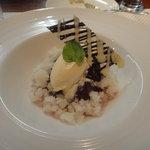 ビストロ ダイア - ラフランスの赤ワインコンポートとアイスクリーム、塩チョコ