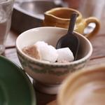パティスリー・アラカンパーニュ - アンティーク風のカフェオレボウルにコーヒーのお砂糖