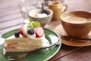 パティスリー・アラカンパーニュ 池袋店 - 単品で注文したショートケーキとコーヒー