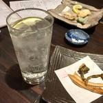 楽空 - レモンサワーと穴子の刺身のオマケで貰った骨煎餅
