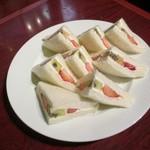 珈琲館 くすの樹 - フルーツサンドイッチ