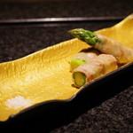 神楽坂 鉄板焼 向日葵 - アスパラガスの肉巻き