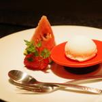 神楽坂 鉄板焼 向日葵 - 自家製の塩ミルクアイス、小玉スイカ、イチゴ