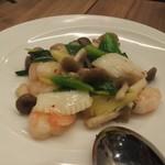 105564074 - 海老とイカの葱生姜炒め