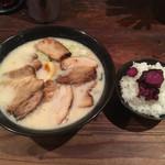 らーめん 本郷亭 - 料理写真:白湯チャーシュー麺+サービスライス