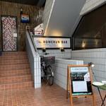 ザ ホームラン バー - ビル1階の入口