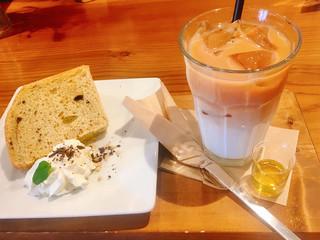 ネオ ガーデン カフェ - ●米粉のシフォンケーキ(チョコチップ入り)400円 ●ロイヤルミルクティー 650円 アガベシロップ付き