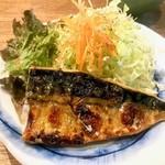 まめや - 塩鯖は小振りだけど身は厚め。付け合わせ野菜の量がトンカツ定食並み
