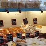 105584888 - 店内のパン