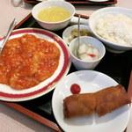 東園 - 本日のランチA海老のチリソース(1,080円。ライス、コーンスープ、ハルマキ、ザーサイ、杏仁豆腐付き)