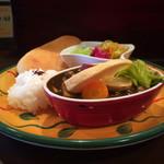 ラ・パレット - 料理写真:カレーランチ。カレー、スープ、サラダ、ナン、ライスで1,000円