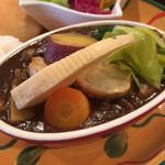 105597700 - カレーのアップ。大きな野菜がごろごろ。