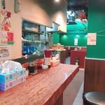 東京餃子楼 - 奥にはテーブル席も