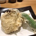 浜町かねこ - かき天は、牡蠣・ナス・シシトウです