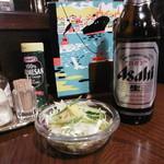 欧風料理 もん - ミニサラダと大瓶。メニューが素敵