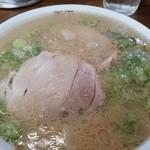 ふくちゃんラーメン - デフォのラーメン。立派なチャーシューですね。熱々のスープが、なみなみとつがれています。