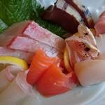 きん魚 - 造りはハマチ、鯛、のどぐろ、サーモン、ホタテ、アオリイカ、鰹