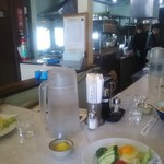 栄寿亭 - カウンターから厨房方面を臨む