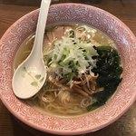 生粋 - ややオイリーだが、魚粉のザラザラ感もなく調和のあるスープ。