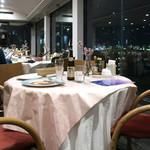 カフェ&レストラン ドルフィン - 窓際に並ぶテーブル
