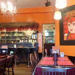 インド・ネパール料理 KUMARI - 店内 テーブル席メインでカウンター少し。お酒はワイン、ビール、日本酒、カクテル、焼酎など置いてるミャ