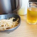 札幌ラーメン熊吉 - 小鉢、お茶