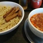 勢拉 - つけ麺、中盛、ねぎ増し、辛味・極太黒メンマトッピング(メンマは無料券使用)、胡椒、一味唐辛子いっぱい