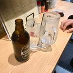 105677876 - ホッピーセット白(380円)で乾杯。一杯目を終えてこの後ナカを注文していくわけだが、なにやら少しずつ増えているような、ナカ180円。80㎖と記載されているが、次第になみなみと。