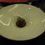 """赤坂 四川飯店 - 黒毛和牛の柔らかスモーキージャーキー~石川県 """"兼六芋""""を添えて~です。黒毛和牛はモモ肉で、噛むたびに口の中に旨味が広がりました。また、兼六芋も優しい甘さだったので黒毛和牛とベストマッチでした。"""
