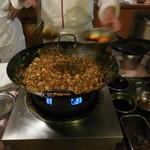 赤坂 四川飯店 -  陳建太郎が陳麻婆豆腐を作る様子・その1です。