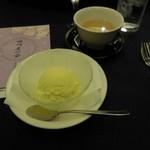 赤坂 四川飯店 - 食後のデザートです。今回僕は、特別にバニラアイスクリームを出してもらいました。