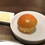ボナ・フェスタ - パンに蜂蜜を塗りこんだバター