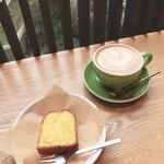 105683533 - パウンドケーキとカフェラテ