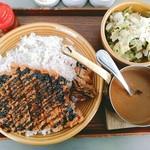 カキノキテラス - 山形米澤豚のカツカレー 1380円(税別)に燻製かき3個トッピング(+税別400円)。確か午後3時ラストオーダーのランチタイムにはサラダと小鉢2個が付くみたい。黒いソースはちょっと甘いバルサミコ酢だったのかな。